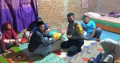 Bhabinkamtibmas Desa Rasa bou Hu'u kunjungi dan berikan bantuan warganya yang sakit