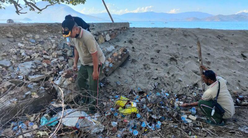 Banyak Sampah Berserakan di Pantai Balad, Dandim 1628/KSB Gelar Karya Bhakti