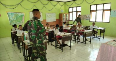Satgas Pamtas Yonif 742/SWY Bantu Mengajar di Sekolah Perbatasan