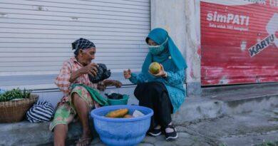 Ringankan Beban Warga, Pedagang Lansia Dapat Bantuan Sembako Dari Bunda Niken